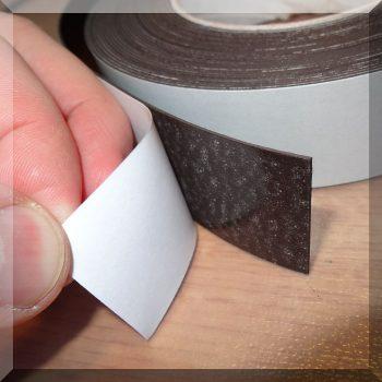 20x0,7 mm. Öntapadós mágnesszalag