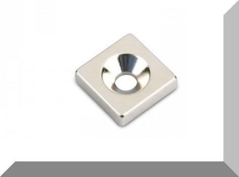 15x15x4 N35 NdFeB téglatest mágnes 3,5 mm. Süllyesztett furattal