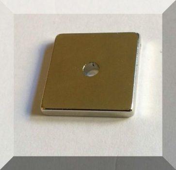 20x20x3 N45 NdFeB téglatest mágnes 3,5 mm. furattal