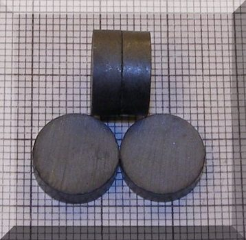 D12x4 mm. Ferrit korong mágnes