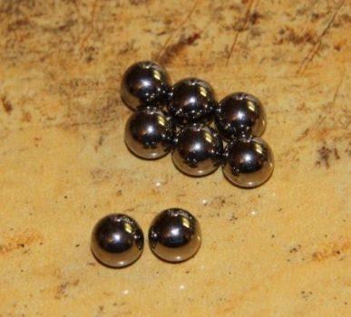 8 mm. átmérőjű acélgolyó (nem mágnes)