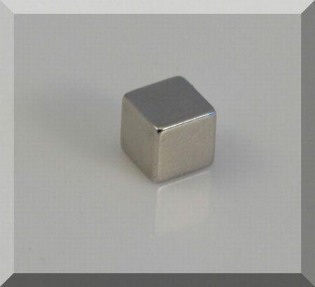 8x8x8 mm. Neodym kocka mágnes N45
