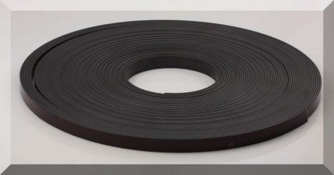 12,5 x 1,5 mm. széles öntapadós mágnesszalag