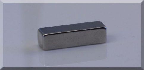 30x10x8 mm. N40H Téglatest neodym mágnes