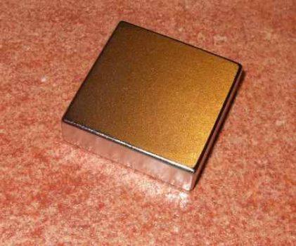 35x35x10 mm. Téglatest alakú mágnes N38