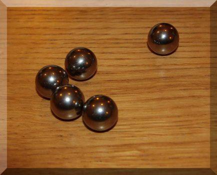 16 mm. átmérőjű acélgolyó (nem mágnes)